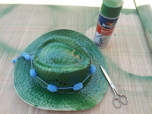 DIY con pintura en spray cómo personalizar sombreros de paja 6