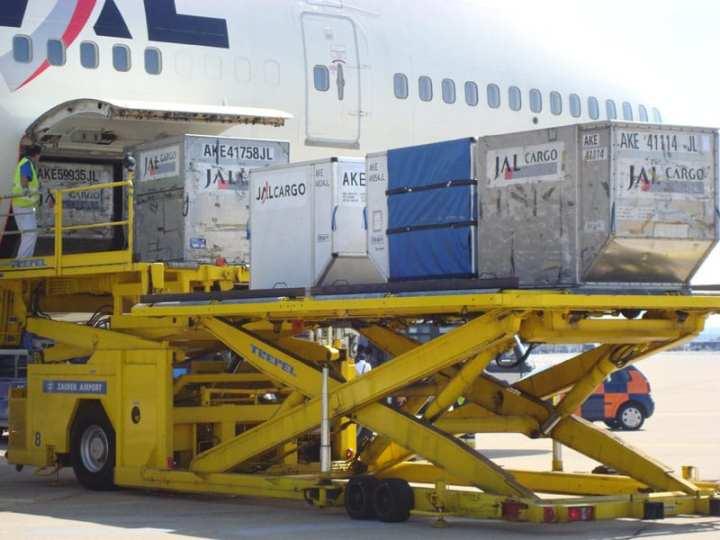 Unloading JAL 747