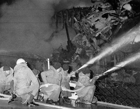 USS_Claude_V._Ricketts_sailors-fight_Belknap_fire