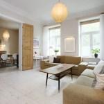 techos altos suelos de roble blanco sofá chester blanco sillas eames salón con chimenea muebles de diseño grandes ventanales estilo nórdico estilo neoyorquino estilo escandinavo estilo contemporáneo con aires nórdicos diseño de interiores decoración de interiores cocina moderna cocina blanca apartamento moderno en nyc