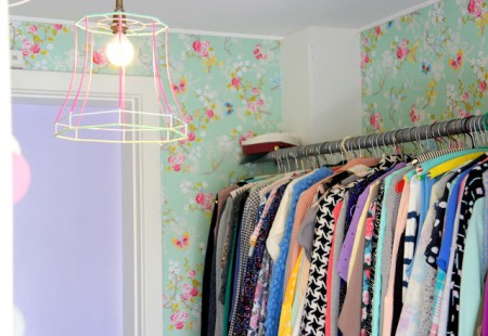 walking closet decoración muchos colores en el hogar estilo nórdico estilo escandinavo estampados colores pastel diseño pisos pequeños diseño de interiores decoración pisos pequeños decoración nórdica decoración femenina decoración escandinava decoración en colores pastel decoración en blanco decoración divertida decoración de interiores decoración con ganchillo decoración con artículos cerámica colores deco blogger cojines estampados color pastel cojines de colores blog interiorismo blog interiores nórdicos blog decoración nórdica blog deco