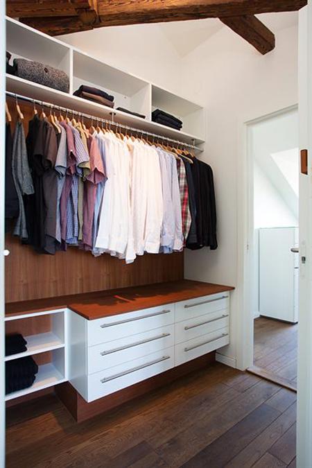 Diseno De Baños Con Walking Closet: nórdica Ático de estilo nórdico con chimenea y walking closet