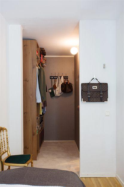 Walk in closet pequenos con ba o for Closet para espacios pequenos