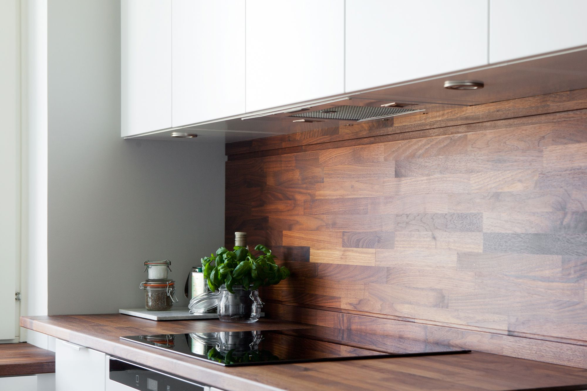 Cocina blanca con revestimiento de madera oscura blog for Encimeras de madera para cocinas