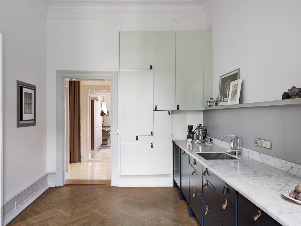 encimera de marmol cocina elegante y calido suelo de madera view full size