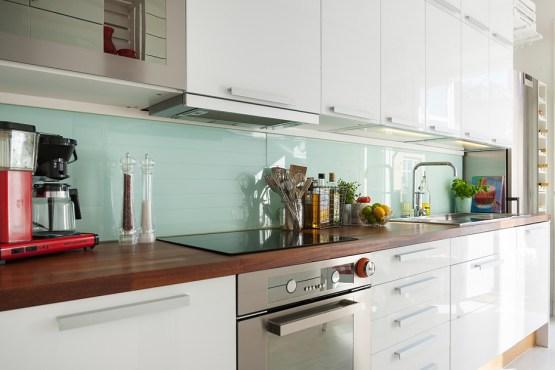 muebles formas curvas loneta a cuadros rojos y blancos Inspiradora cocina nórdica decoración pisos pequeños decoración nórdica decoración cocinas cocinas pequeñas blancas cocinas nórdicas cocinas blancas modernas