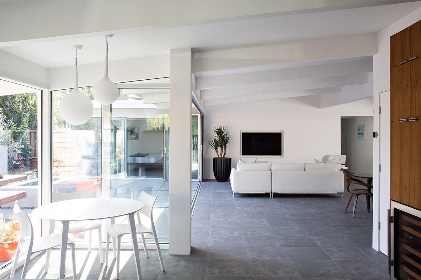 Reforma de una casa mid century en palo alto california - Casas americanas interiores ...