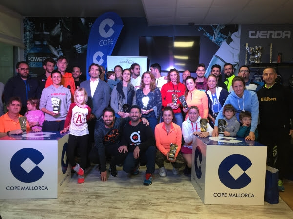 Foto de grupo de los campeones y subcampeones de todas las categorías que han participado en el VI Torneo COPE Indoor Padel Go In.