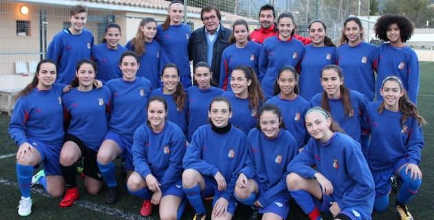 Foto: La Sub-16, en el entrenamiento, con el presidente Miquel Bestard i el seleccionador Mario Cabanes.