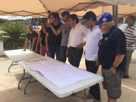 El vicepresident Miralles i el batle de Sineu durant la visita a la Voltadora de Sineu, amb el projecte de construcció del túnel soterrat.