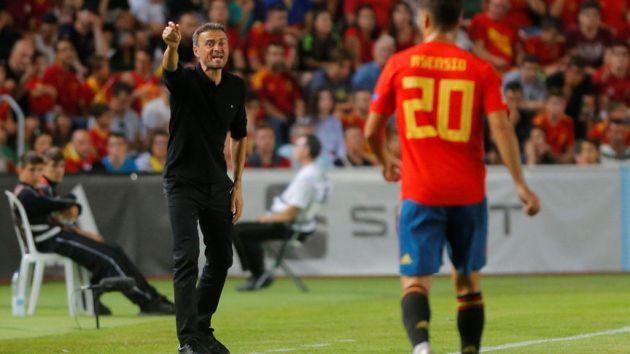 Luis Enrique da indicaciones a la Selección ante la mirada de Asensio  Reuters