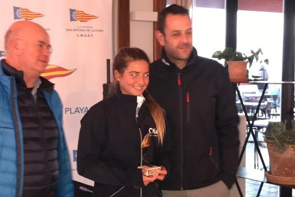 Naiara Fernández con el trofeo que la acredita como campeona del Trofeo Illes Balears de Bic Techno 293.