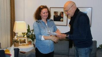 Günter Wallraff übergibt Yonca Verdigolu, Frau von Ahmet Sik, den Günter-Wallraff-Preis. Istanbul, 1 Oktober 2017  Quelle: Privat