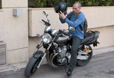 . Athens (Greece), 23/05/2015.- Greek Finance Minister Yanis Varoufakis parks his motorcycle outside the hall where a central committee of governing Syriza party takes place, in Athens, Greece, 23 May 2015. During the speech that Greek premier Tsipras delivered at the committee, he stressed the government seeks a viable solution for the country in its ongoing negotiations with its lenders and not just an agreement and this is why it will not accept humiliating conditions. (Grecia, Atenas) EFE/EPA/PANTELIS SAITAS