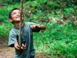 niño-jugando-jardin