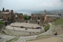 El teatro greco de Taormina. Los días despejados se ve el Etna