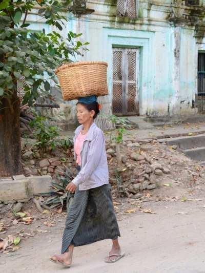 Wearing a longyi in Myanmar
