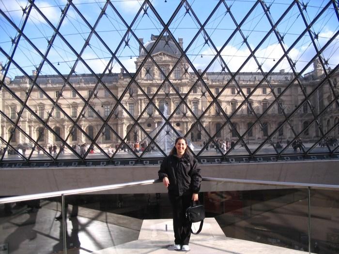 Dentro da pirâmide transparente