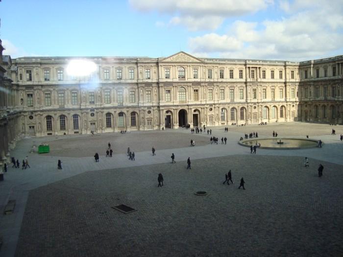 Cour Carrée, praça com a fonte redonda, cercada pelo belíssimo palácio