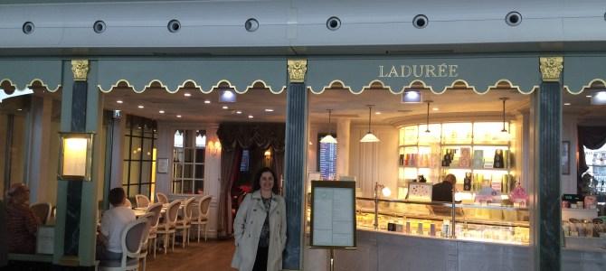 Ladurée Charles de Gaulle, coloridos macarons e muito mais