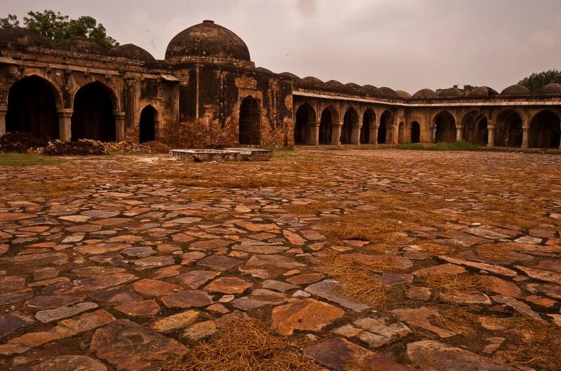 Source:https://upload.wikimedia.org/wikipedia/commons/7/75/Begumpuri_mosque_2.jpg