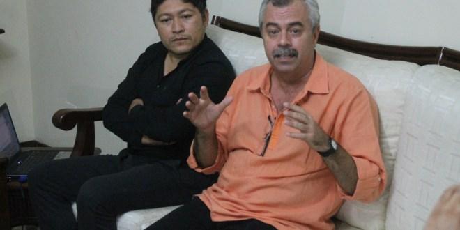 A la izquierda Cesar Pineda, director nacional de Casas de la Cultura, y derecha, Carlos Alberto Cremata, director y fundador de Teatro La Colmenita.  Foto Diario Co Latino / Ricardo Chicas Segura