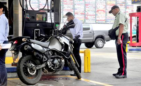 Los asaltantes huyeron del sitio en sus motos dejando a Eddy Navarro en el sitio sobre la Kawasaki
