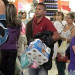 Amas de casa se alegraron con la llegada de detergente en polvo.