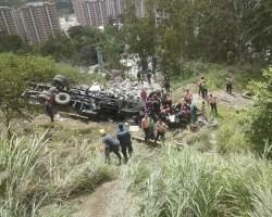 La carga fue saqueada por otros conductores y vecinos de la zona.