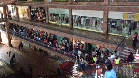 La cola en La Cascada se inició antes de que abriera  el centro comercial.
