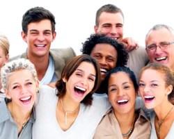 El buen humor que se produce al reír, nos permite ser más espontáneos, soltar inhibiciones, además de ser más abiertos con las personas que nos rodean