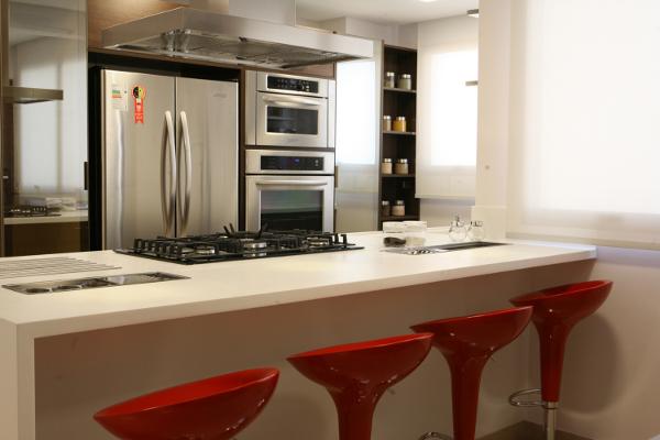 Esse tipo de cozinha economiza espaço e traz modernidade ao lugar