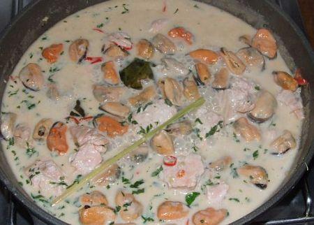 Lachs und Muscheln in scharfer Thai-Kokos-Soße