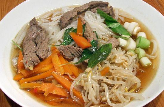 Vietnamesische Nudelsuppe mit Rindfleisch (Pho Bo)