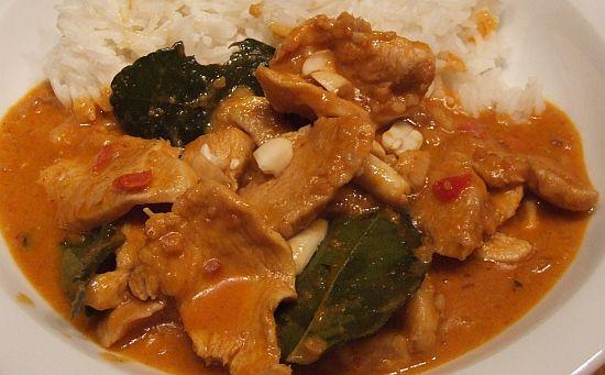 Thailändisches scharfes Hühnercurry mit Erdnüssen