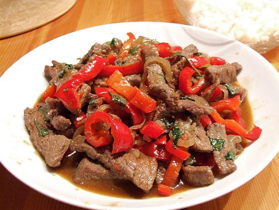 Thailändisches Spicy Beef mit Paprika und Thaibasilikum