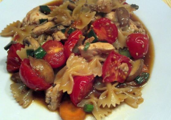 """Foto: Pasta """"asiatisch"""" mit Hühnchen und Gemüse"""