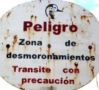 "Sign that says ""Zona de desmoronamientos"""