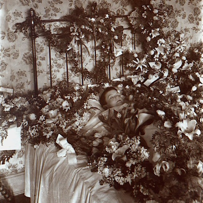 800px-Post-mortem_photograph_of_young_child_with_flowers
