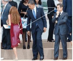 Nicolas Sarkozy, Barak Obama e la sedicenne Mayora Tavares (em, di spalle) a L'Aquila