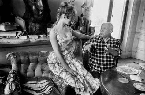 """Brigitte Bardot et Pablo Picasso dans l'atelier de la villa """"Californie"""" a Cannes en 1956 pendant le festival de Cannes --- Brigitte Bardot and Pablo Picasso during Cannes festival 1956 in villa """"Californie"""" in Cannes"""
