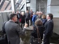 """""""Wenn es regnet, werden wir hier nass"""", erklärte Architekt Christian Heuchel (vorne links). Das Dach ist offen, die wasserabweisende Schicht ist der Boden. Unterm Dach ist die Haustechnik untergebracht: Wenn es unten brennt, wird der Rauch durch das Dach abgeleitet.  Foto: Petra Grünendahl."""