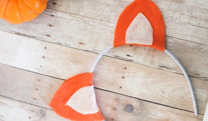 DIY no-sew Fox Ears Headband just in time for halloween! If you love the Fantastic Mr. Fox or sneaky foxes in general, this quick felt project is perfect for you