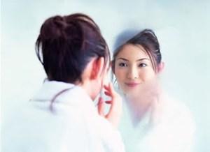 wanita cantik bercermin