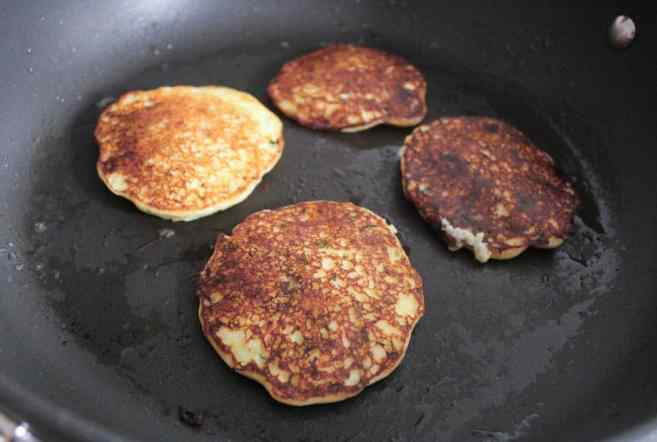 Mashed-potato-pancakes-with-goat-cheese-and-chives-step-5