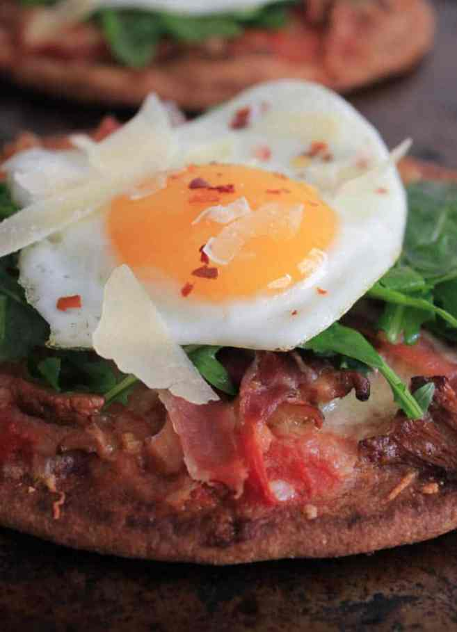grilled-pita-pizzas-with-prosciutto-chanterelles-arugula-and-a-fried-egg-2