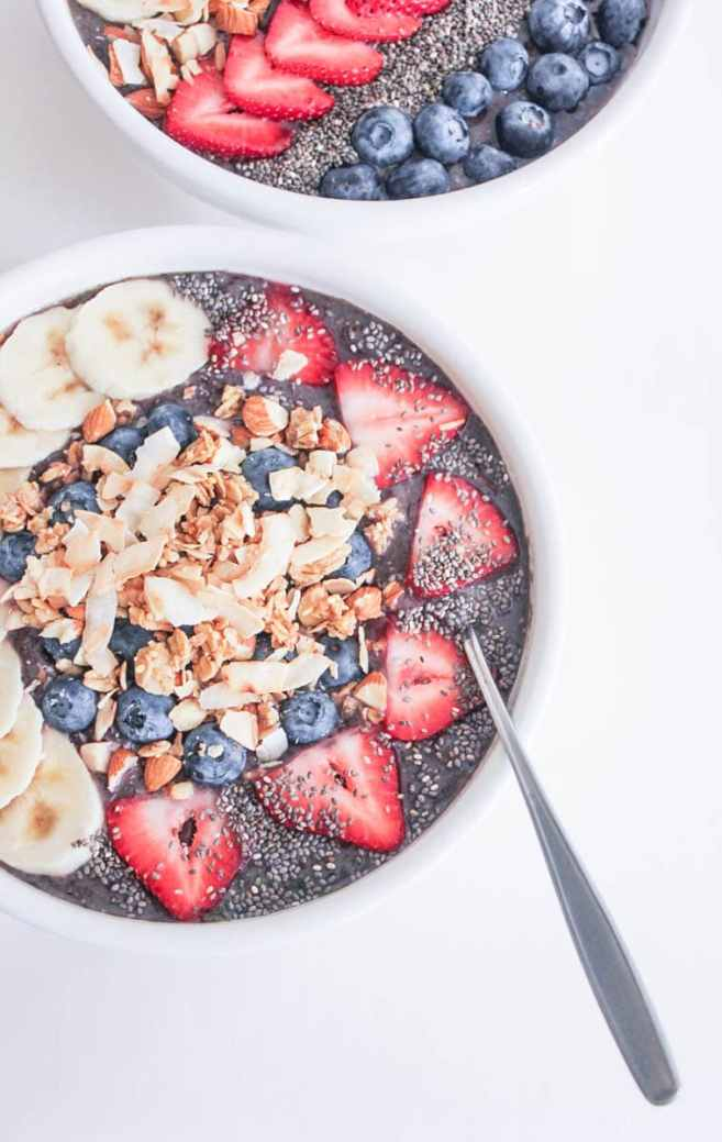 Vegan-Berry-Green-Smoothie-Bowls-with-fruit-and-granola-11