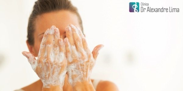 Mulher-Lavando-Rosto-Dr-Alexandre-Lima-Dermatologista-Belo-Horizonte-BH