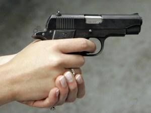 woman-pointing-handgun-David-Duprey-AP-640x480
