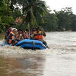 Penyelamatan korban banjir menggunakan perahu karet di Jakarta.